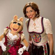 Miss Piggy im Dirndl mit und von Lola Paltinger.