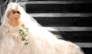 Miss Piggy im Traumkleid von Vivienne Westwood. Das Kleid hebt Piggy für eine künftige Hochzeit auf. (Foto)