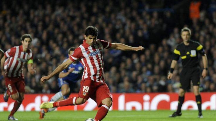 Diego Costas Kampf mit der Delle im Rasen (Foto)