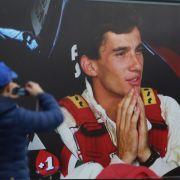 Helme als Hommage:Corinthians-Fußballer gedenken Senna (Foto)