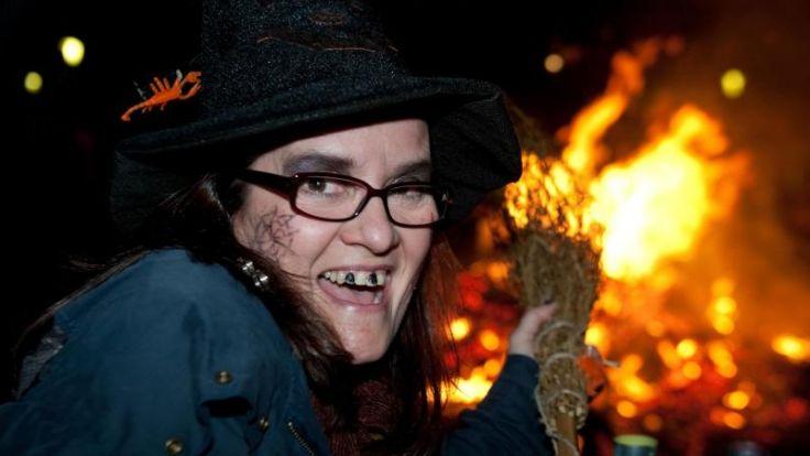 Zehntausende feiern die Walpurgisnacht (Foto)