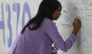 Die Angehörigen der Vermissten schrieben kurz nach dem spurlosen Verschwinden von Flug MH370 auf dem Flughafen von Kuala Lumpur Botschaften. Doch damit ist es nun vorbei! (Foto)