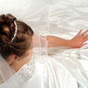 Der Hochzeitstag ist für jede Braut der schönste Tag im Leben - deshalb sollten sich auch die Gäste angemessen kleiden.