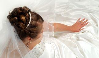 Der Hochzeitstag ist für jede Braut der schönste Tag im Leben - deshalb sollten sich auch die Gäste angemessen kleiden. (Foto)