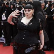 Sängerin Beth Ditto hat es trotz ihrer Körperfülle geschafft, zu einer echten Mode-Ikone zu werden. Sogar Karl Lagerfeld ist von Ditto begeistert.