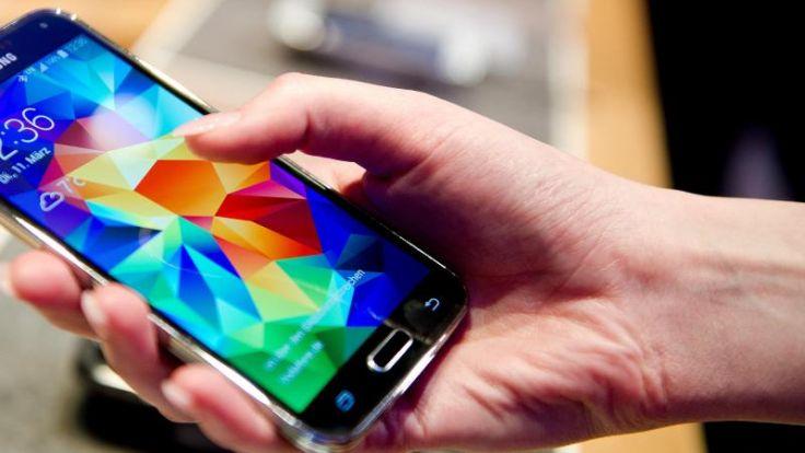 Smartphones am Esstisch finden fast alle unhöflich (Foto)