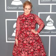 Mit diesem Traum in rot verzauberte Sängerin Adele bei den Grammys 2013. Pfunde hin oder her! Das Kleid steht ihr perfekt!