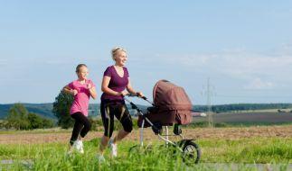 Gemeinsam fit - Der Spaziergang mit dem Kinderwagen lässt sich jederzeit zum Work-out ummodeln: Einfach Turnschuhe anziehen und das Tempo erhöhen. So macht das Training auch größeren Kindern Spaß. (Foto)