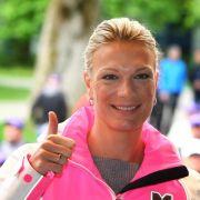 Olympiasiegerin Höfl-Riesch trägt Trophäe beim Finale (Foto)