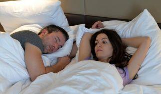 Das Gedankenkarussell lässt keine Ruhe: Arbeitnehmer finden wegen Problemen im Job oft nicht in den Schlaf. (Foto)