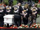 Hells Angels tragen ein totes Mitglied zu Grabe. (Foto)