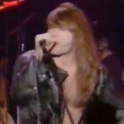 Bruce Dickinson singt den Heavy-Metal-Song über das brave Mädchen Katie.