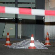 Der Mann, der mutmaßlich seine Familie tötete, stürzte sich den Angaben zufolge aus einem der oberen Stockwerke des Hochhauses.