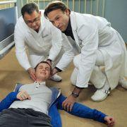 Kann Dr. Martin Stein (Bernhard Bettermann, rechts) Jens Förster (Maximilian Werner, liegend) retten?