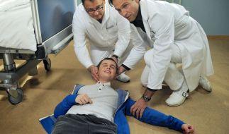 Kann Dr. Martin Stein (Bernhard Bettermann, rechts) Jens Förster (Maximilian Werner, liegend) retten? (Foto)