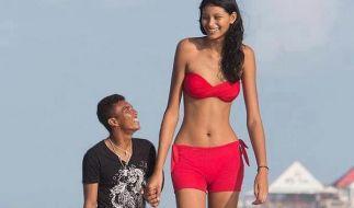 Die 18-jährige Elisany ist mit zwei Metern die größte Frau Brasiliens. Nun heiratet sie ihren winzigen Freund. (Foto)