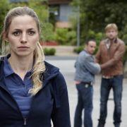 Semir (Erdogan Atalay) und Alex (Vinzenz Kiefer) helfen ihrer amerikanischen Kollegin Jessie (Annika Bendle) bei der Suche nach ihrem totgeglaubten Ehemann, doch dabei geraten sie zwischen die Fronten.