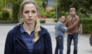 Semir (Erdogan Atalay) und Alex (Vinzenz Kiefer) helfen ihrer amerikanischen Kollegin Jessie (Annika Bendle) bei der Suche nach ihrem totgeglaubten Ehemann, doch dabei geraten sie zwischen die Fronten. (Foto)