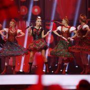 In volkstümlich angehauchten Outfits zogen Donatan  Cleo aus Polen ins Finale ein.