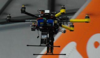 Ein Mini-Hubschrauber inspiziert ein Passagierflugzeug. (Foto)