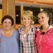 Moderatorin Andrea Ballschuh überrascht Katrin aus Dessau und Raffaela aus Güstrow mit einem «Ticket to Love» nach Kuba.