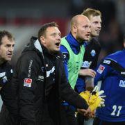 SC Paderborn 07 will mit Trainer Andre Breitenreiter (2.v.l) endlich den Aufstieg feiern.
