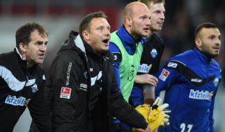 SC Paderborn 07 will mit Trainer Andre Breitenreiter (2.v.l) endlich den Aufstieg feiern. (Foto)