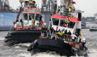 Hafengeburtstag:Schlepper tanzen durch den Regen (Foto)