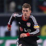 Sorgen um Nationalspieler Bender - verletzt vom Platz (Foto)