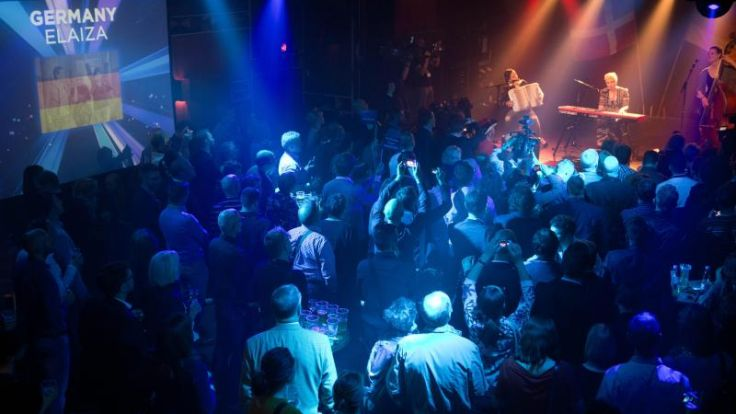 Fans feiern trotz Dauerregen bei ESC-Party auf Reeperbahn (Foto)