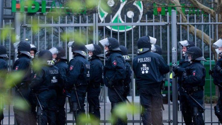 Schlägerei zwischen Polizei und Fans in Hannover (Foto)