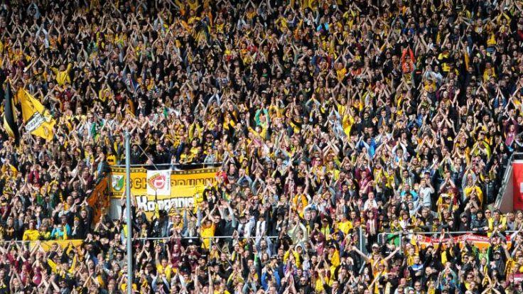 Spiel in Dresden nach Böllerwürfen unterbrochen (Foto)