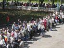 Ukrainer warten in einer langen Schlange vor einem Wahllokal in Donezk. (Foto)