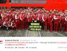 1996 feierte Michael Schumacher in Spanien seinen ersten Sieg mit Ferrari. Das Formel-1-Team erinnert mit einem Gruppenfoto daran. (Foto)