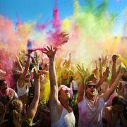 Haare nach Farbpulverfest mit tiefenreinigendem Shampoo waschen (Foto)