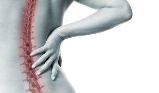Wer langfristig unter Rückenschmerzen leidet, sollte unbedingt einen Arzt aufsuchen. (Foto)