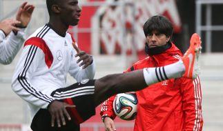 Jogis junges Team: Der Bundestrainer beobachtet den Stuttgarter Verteidiger Antonio Rüdiger. (Foto)