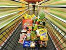 Im Supermarkt ist alles bunt verpackt, nicht selten doppelt und dreifach. Das kostet Geld und produziert Müll. (Foto)