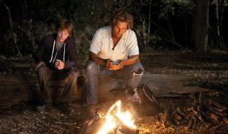 Mud (Matthew McConaughey) überredet die zwei Jungs, ihm zu helfen, dass Boot wieder in Gang zu bekommen. (Foto)