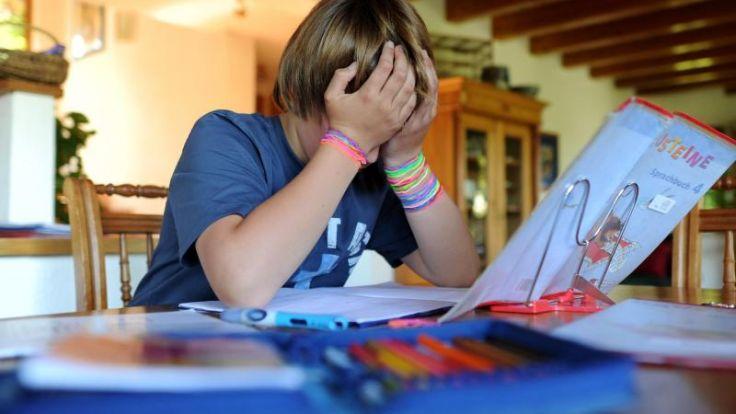 Bauchschmerzen und antriebslos: So äußert sich Schulstress (Foto)