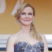 Um sie herum wird gelacht und gewunken - nur Nicole Kidman kann irgendwie nicht.