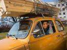 Mit Sarg auf dem Fiat 500 durch Norwegen: «Kisten»-Moderatorin Namra Saleem. (Foto)