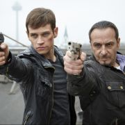 Alexander Brandt (Vinzenz Kiefer) und Semir Gerkan (Erdoğan Atalay) gehen bei «Alarm für Cobra 11 - Die Autobahnpolizei» einem mysteriösen Rätsel des Drogendezernates auf die Spur.