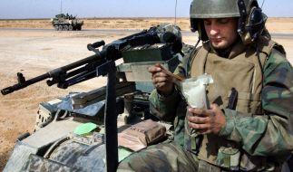 Ein Bundeswehrsoldat verzehrt den Inhalt seines Einmannpacks. (Foto)