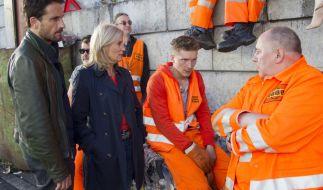 Stedefreund (Oliver Mommsen) und Lürsen (Sabine Postel) beißen bei den Müllwerkern auf Granit. (Foto)