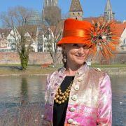 Modeexpertin Sonja Grau weiß, welches Brautkleid welchem Typ Frau schmeichelt.