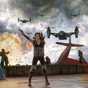 Alice (Milla Jovovich) kämpft gegen Zombies und Monster in »Resident Evil«.