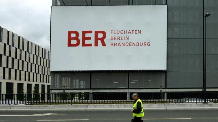 Klage soll Wowereit zu klarer Antwort zu Flughafen-Desaster bewegen (Foto)