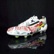 So sehen Lukas Podolskis Schumi-Schuhe aus.