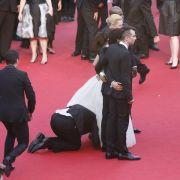 Unbemerkt von der Schauspielerin ist einMann unter das Kleid von America Ferrera gekrochen.